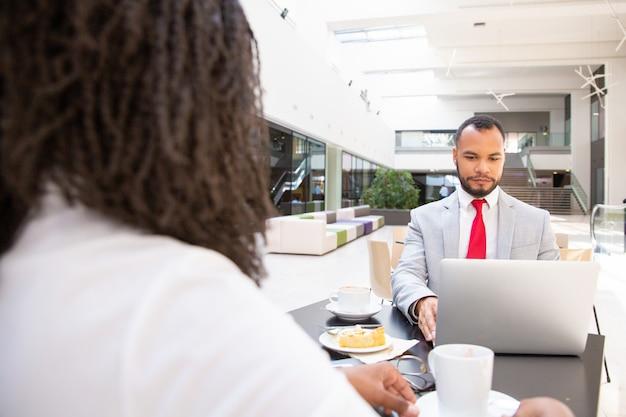 朝食で会議ビジネスパートナー