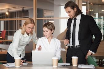 ラップトップを使用した戦略について交渉しているビジネスパートナー