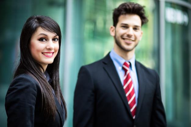 自信を持って笑顔の屋外ビジネスパートナー