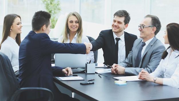 Деловые партнеры пожимают друг другу руки после успешной транзакции