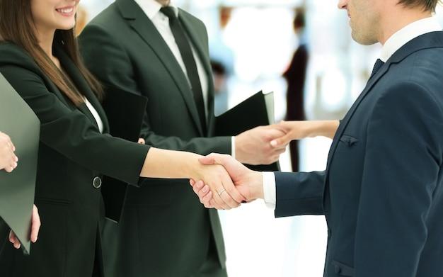 계약 체결 후 악수하는 비즈니스 파트너