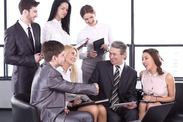 비공식 회의에서 악수하는 비즈니스 파트너. 협력의 개념