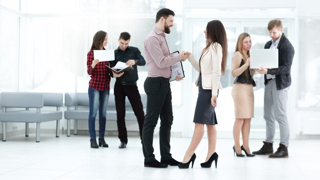 会議場で握手するビジネスパートナー