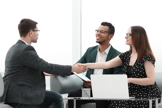 테이블 협상을 통해 악수하는 비즈니스 파트너