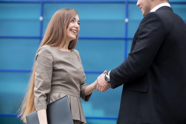 ビジネスパートナーを握手