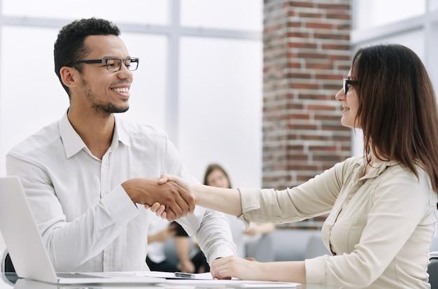 握手するビジネスパートナー。