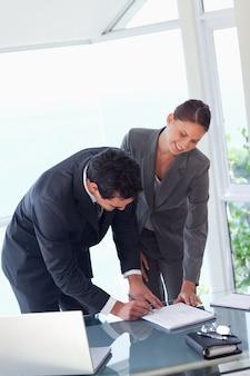 Подписание контракта с деловыми партнерами