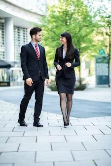 歩いたり話したりするビジネスパートナー