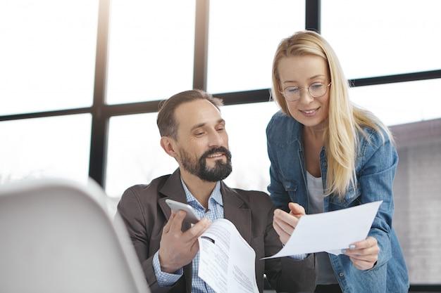 Деловые партнеры, работающие в офисе