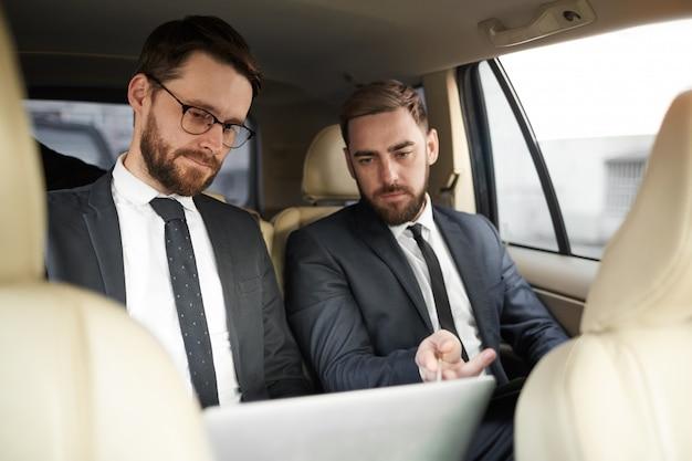 車の中で働くビジネスパートナー