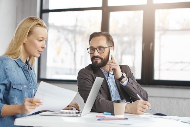 Partner commerciali che lavorano in ufficio