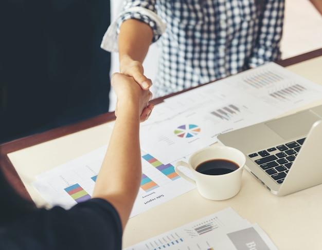 ビジネスパートナーシップ会議のコンセプト。画像実業家の握手。かなりの後に成功したビジネスウーマンのハンドシェーク。
