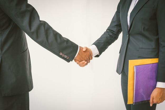 ビジネスパートナーミーティングのコンセプト。ビジネスマンの握手のイメージ。