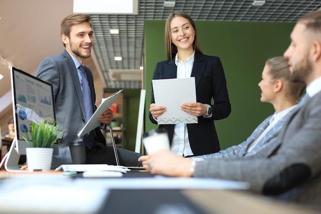 Деловые люди анализируют мышление, финансируют рост успеха на встрече в офисе, проводят мозговой штурм, работая на компьютерах.