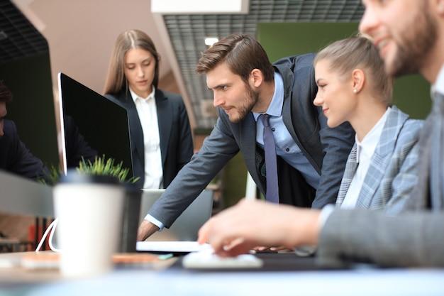 ビジネスマンの分析は、コンピューターでの作業、オフィスでのブレーンストーミングでの会議での財務成長の成功を考えています。
