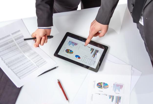 会議でドキュメントを分析するビジネスマン