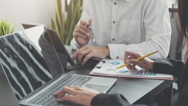 統計を分析するビジネスマンビジネスドキュメント、財務概念