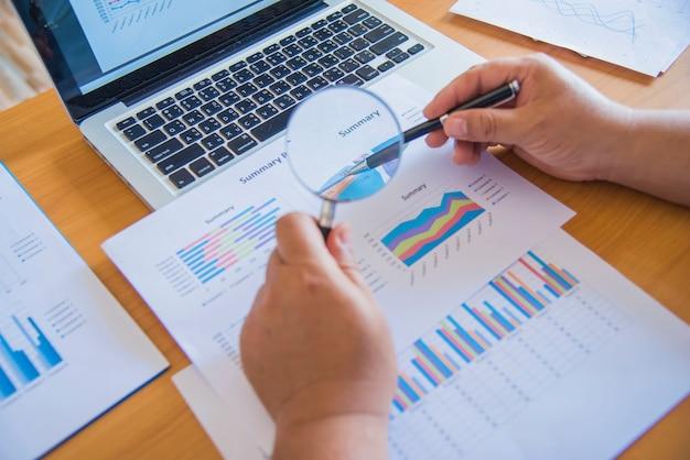 Деловые люди, анализирующие финансовую концепцию