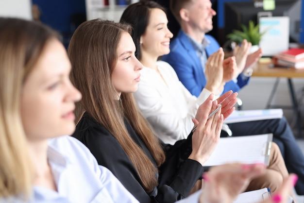 Деловые люди аплодируют на конференции по развитию и продвижению бизнеса