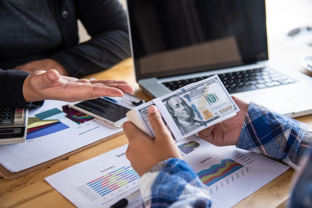 사업 사람들은 금융 사업을 조정하고 있으며 은행 관계자는 고객과 금융 거래를하고 있습니다.