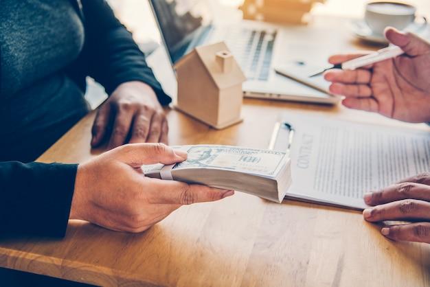 Деловые люди координируют финансовый бизнес, банковские чиновники проводят финансовые операции с клиентами.
