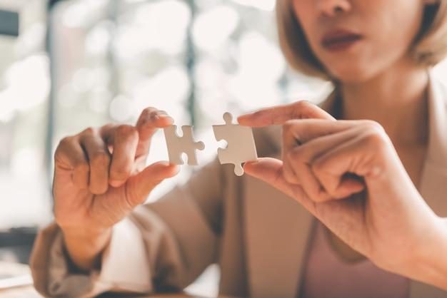 Деловые люди решают головоломки, чтобы соединиться. идеи построения деловой сети.
