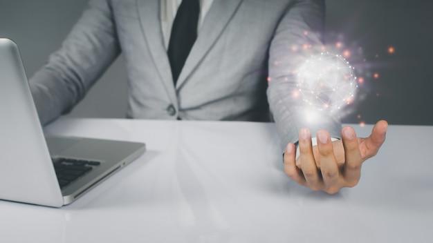 ビジネスマンは革新的なテクノロジーを使用しています。デジタルの概念と世界の接続シンボル通信回線を接続します。