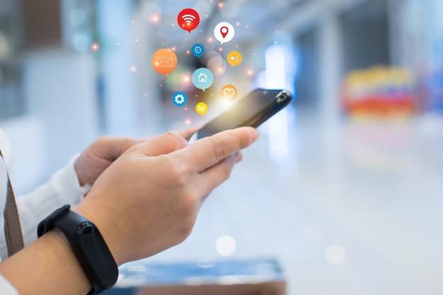 ビジネスマンは革新的なテクノロジーを使用しています。ミクストメディア、デジタルコンセプト、コンピューター聖霊降臨祭の電話。