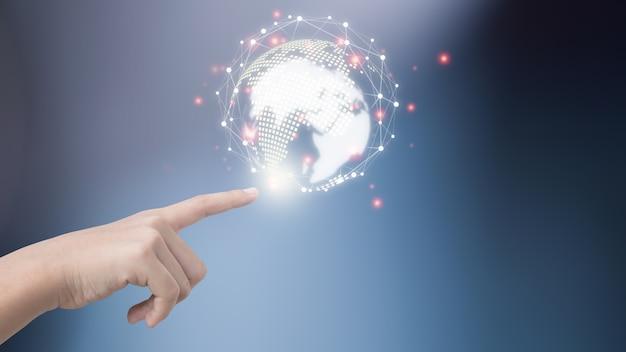 ビジネスマンは革新的なテクノロジーを使用しています。ミクストメディア、デジタルコンセプト、そして世界をつなぐ。
