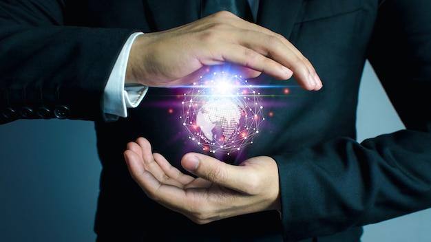 ビジネスマンは革新的なテクノロジーを使用しており、ミクストメディア、デジタルコンセプト、そして世界をつなぎます。