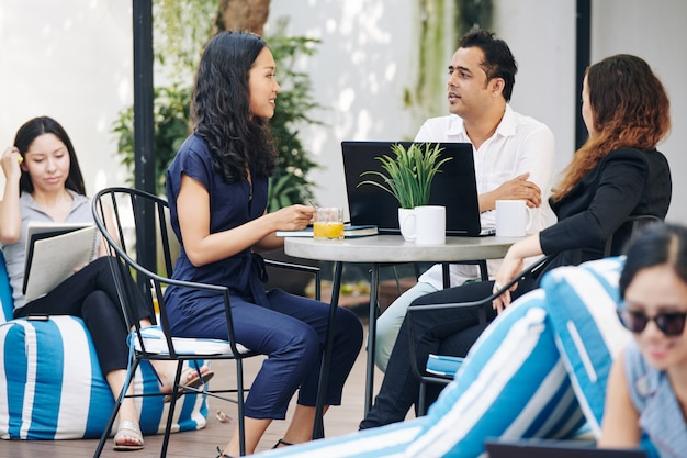 カフェのテーブルでビジネス人々