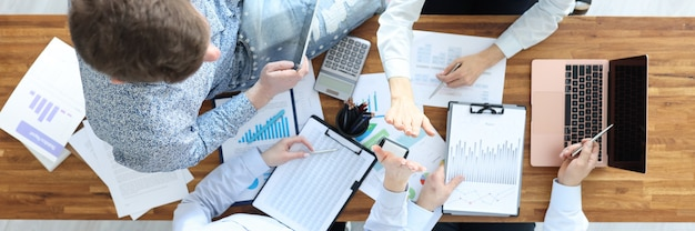Деловые люди за своим столом дают друг другу пять совместных работ в команде и бизнес