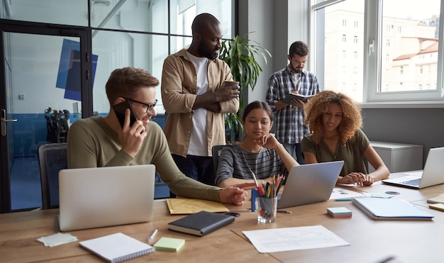 신선한 아이디어를 공유하는 대화를 나누는 다인종 동료의 작업 그룹에서 비즈니스 사람들
