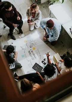 Деловые люди обсуждают идеи с помощью диаграммы