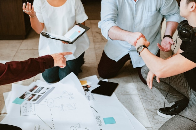 차트를 사용하여 아이디어를 브레인스토밍하는 사업가들