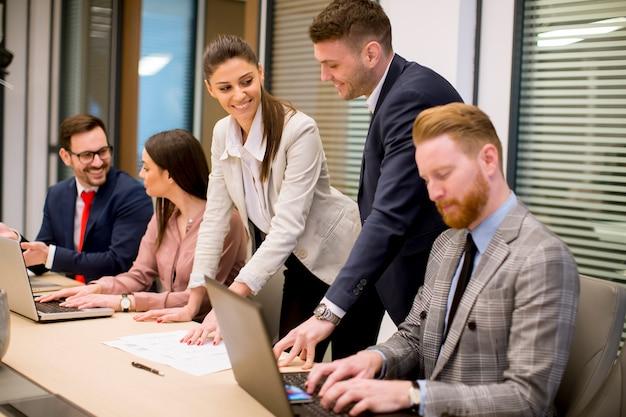 Деловые люди проводят мозговой штурм в офисе во время конференции