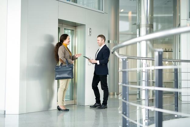 Деловые люди в чате на лифте