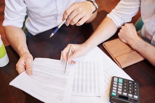Деловые люди проверяют финансовые документы