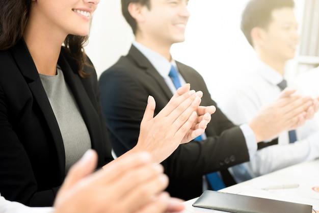 비즈니스 사람들이 회의에서 손을 박수