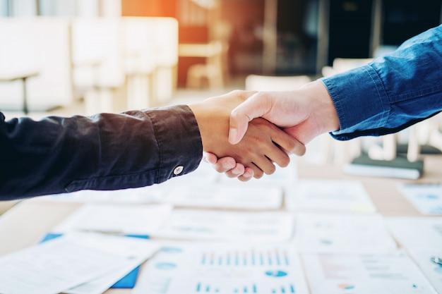 ビジネスの人々の同僚会議を握手する計画戦略分析のコンセプト