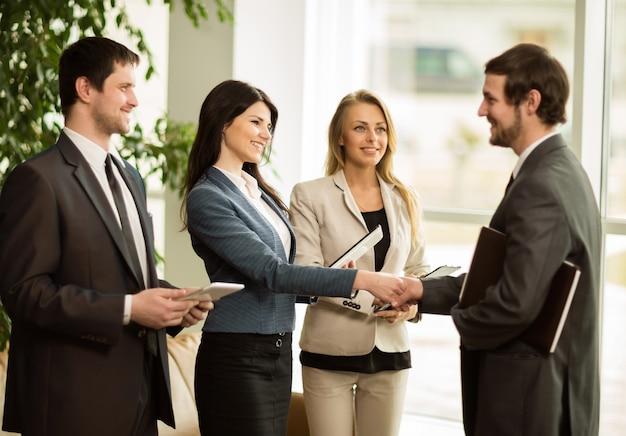 Деловые люди поздравляют своих коллег с рукопожатием