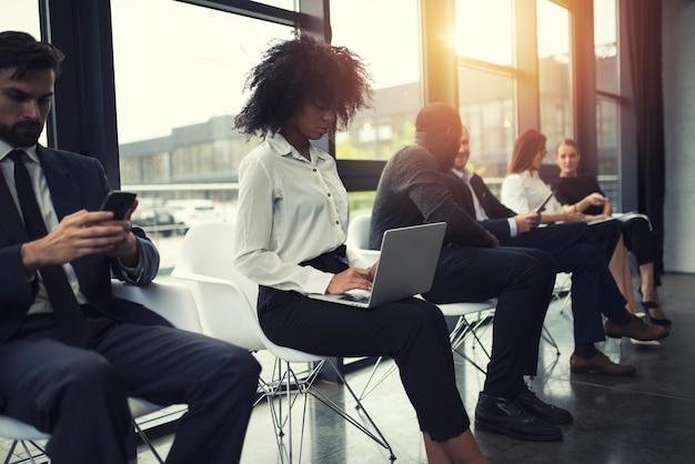 スタートアップ企業のラップトップとタブレットの概念でインターネットネットワークに接続しているビジネスマン