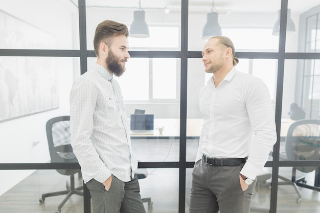 Деловые люди разговаривают в офисе