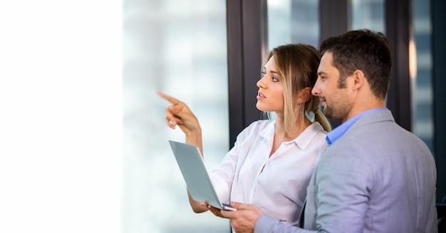 Деловые люди обсуждают планирование проекта с коллегой на рабочем месте