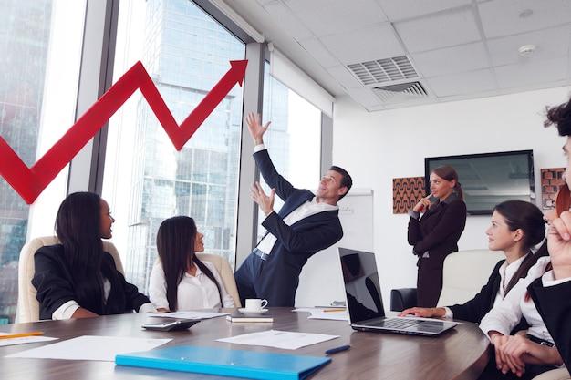Деловые люди обсуждают красную стрелку роста доходов на встрече
