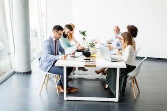 戦略を議論し、一緒に仕事をするビジネスマン