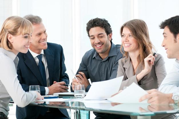 オフィスでの会議中に議論し、一緒に働くビジネスマン