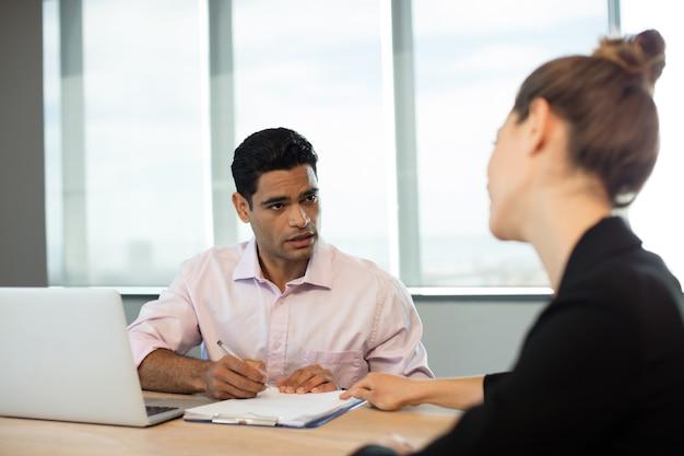 会議中に契約を議論するビジネス人々