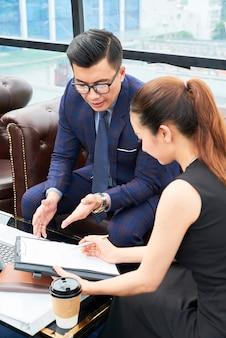 ドキュメントを議論するビジネス人々