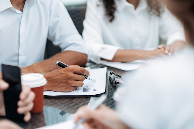 근접 촬영 회의에서 문서와 아이디어를 논의하는 비즈니스 사람들